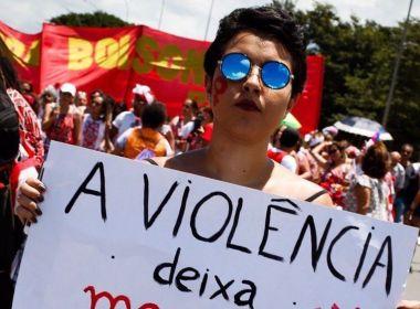 Sob chuva, mulheres protestam contra Bolsonaro em avenida de São Paulo